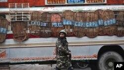 Kashmir ေဒသမွာ အိႏၵိယလက္နက္ကိုင္စစ္သားတေယာက္ကို ေတြ႕ရစဥ္ (ဓာတ္ပံု-AP)