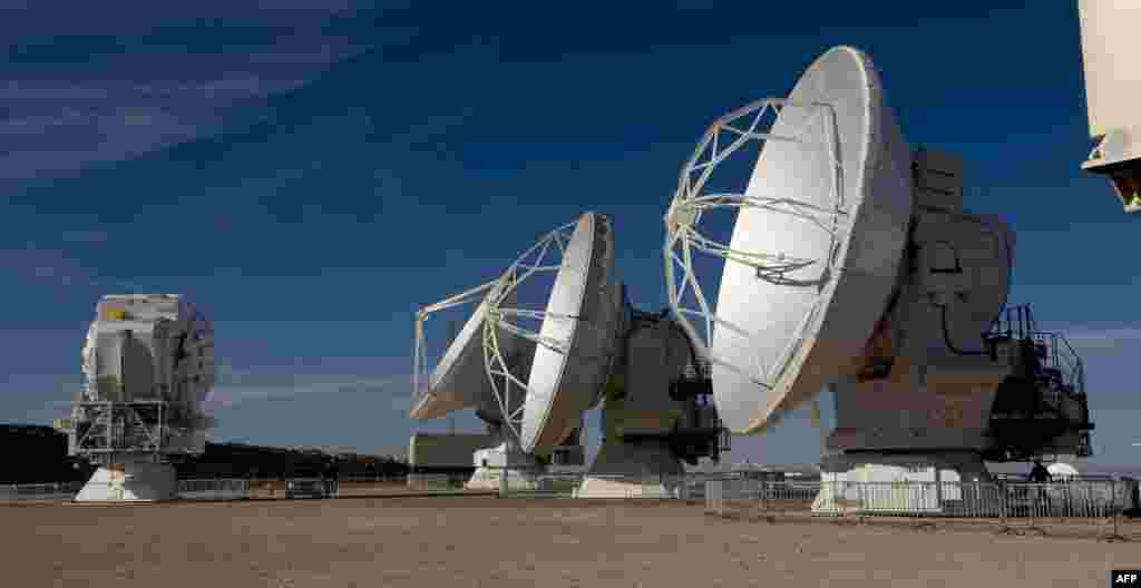 Radio telescope antennas of the ALMA (Atacama Large Millimeter/submillimeter Array) project, in the Atacama desert, some 1500 km north of Santiago, Chile. The ALMA, an international partnership project of Europe, North America and East Asia with the cooperation of Chile, is presently the largest astronomical project in the world.
