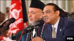 Presiden Afghanistan Hamid Karzai (kiri) dan Presiden Pakistan Asif Zardari memberikan konferensi pers bersama di Islamabad (10/6).