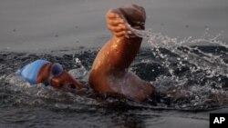 Неуспешен обид да се преплива Флорида-Куба без кафез за ајкули
