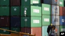 一名工人在東京的一個集裝箱港口工作。