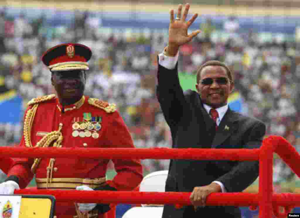 Tanzania's President Jakaya Kikwete (R) arrives for celebrations marking 50 years of the country's independence at the Uhuru Stadium in Dar es Salaam December 9, 2011 At left is Tanzanias Chief of Defence Forces (CDF), General Davis Mwamunyange. REUTERS/E