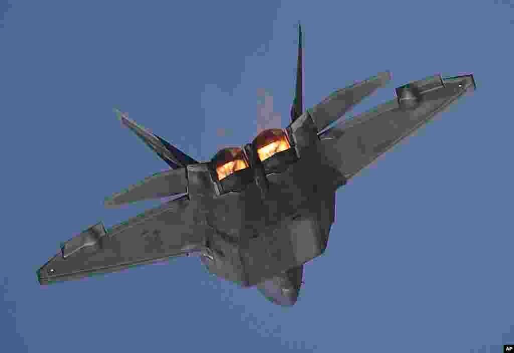 امریکی ایئر فورس کے ایف-22 نے بھی کرتب دکھائے