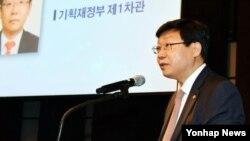 4일 주형환 한국 기획재정부 차관이 서울 웨스틴조선호텔에서 열린 '한-독 통일경제정책 네트워크 세미나'에서 축사하고 있다.