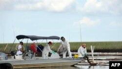 Công nhân tiếp tục dọn dẹp dầu trong vịnh Barataria gần Grand Isle, Louisiana, ngày 19 tháng 6, 2010