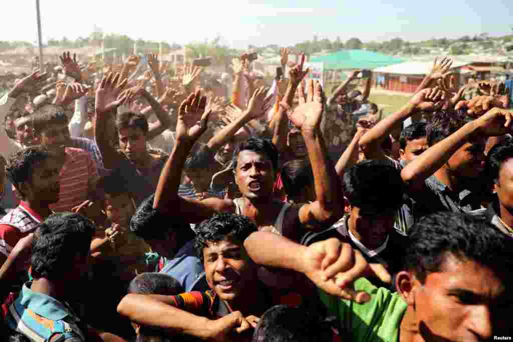 صدها آواره روهینگیایی در مخالفت با بازگشت به میانمار، دست به تظاهرات اعتراضی زدند. آنها بعد از کشتار سال گذشته ارتش میانمار، به بنگلادش فرار کردند.