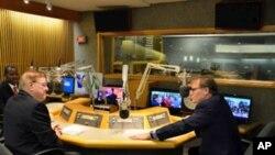 Greg Carr (à direita) com Mateus Mutemba, entrevistados por Filipe Vieira, no estúdio da Rádio Voz da América