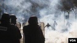 Polisi dekat kota Paris gunakan gas air mata untum membubarkan para demosntran yang menentang rencana untuk menaikkan usia pensiun.