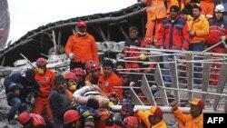 Турки, обурені повільною роботою рятувальників, нападають на поліцію