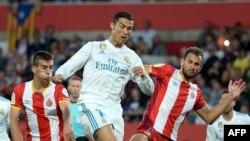 Pere Pons contrôle la balle lors du match de Gérone contre le Real Madrid, en Espagne, le 29 octobre 2017.
