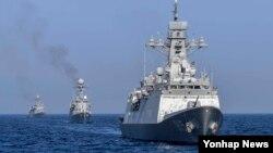 한국 해군 1함대가 25일 동해 상에서 적 해상도발에 대한 응징 의지와 적 도발 시 현장 격멸을 위한 해상기동훈련을 하고 있다. 해상기동훈련에 참가한 강원함(2천500t급), 원주함(1천t급), 속초함(1천t급).