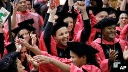 지난 5월 미국 매사추세츠주 캠브리지 시의 하버드대학 캠퍼스에서 열린 졸업식에 다양한 인종의 학생들의 모습이 보인다.