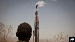 Binh sĩ thuộc Quân đội Giải phóng Nhân dân Sudan nhìn về phía nam Kordofan, một khu vực của Sudan, ngày 25/4/2012