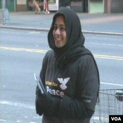 Pripadnica grupe Muslimani za mir na ulici u New Yorku sa letcima mira