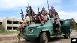 Para milisi Sunni pendukung Presiden Abed Rabbo Mansour Hadi melakukan patroli di Aden, Yaman Selatan (23/3).
