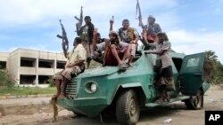 忠于也门总统哈迪的军队在街道上