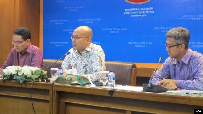 Dari kiri: Duta Besar Indonesia untuk Swedia Bagas Hapsor, juru bicara Kemlu Arrmanatha Nasir, dan Direktur Eropa II Kemlu Witjaksono Adji (kanan) dalam jumpa pers di Kementerian Luar Negeri, Kamis (18/5). (VOA/Fathiyah)