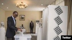 Le président Paul Kagame vote pour les élections législatives en Chine, avec les expatriés rwandais, le 2 septembre 2018. (Twitter/Présidence rwandaise)