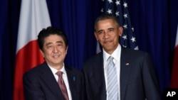 美国总统奥巴马(右一)和日本首相安倍晋三(左一)在一次双边会谈上握手。
