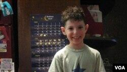 Oggie Stachelberg menyenangi matematika sejak dini berkat situs Bedtime Math. (Foto: VOA/A. Milne-Tyte)