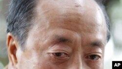 នៅក្នុងរូបថតឯកសារ ថ្ងៃទី២៣ មករា ឆ្នាំ២០០៤ នេះ អតីតនាយករដ្ឋមន្រ្តីវៀតណាមខាងត្បូង កំពុងផ្តល់បទសម្ភាសន៍មួយនៅហាណូយ ប្រទេសវៀតណាម។ Nguyen Cao Ky ក៏ជាអតីតមេបញ្ជាការទ័ពអាកាសដៃដែក ដែលគ្រប់គ្រងវៀតណាមខាងត្បូង រយៈពេលពីរឆ្នាំក្នុងសម័យសង