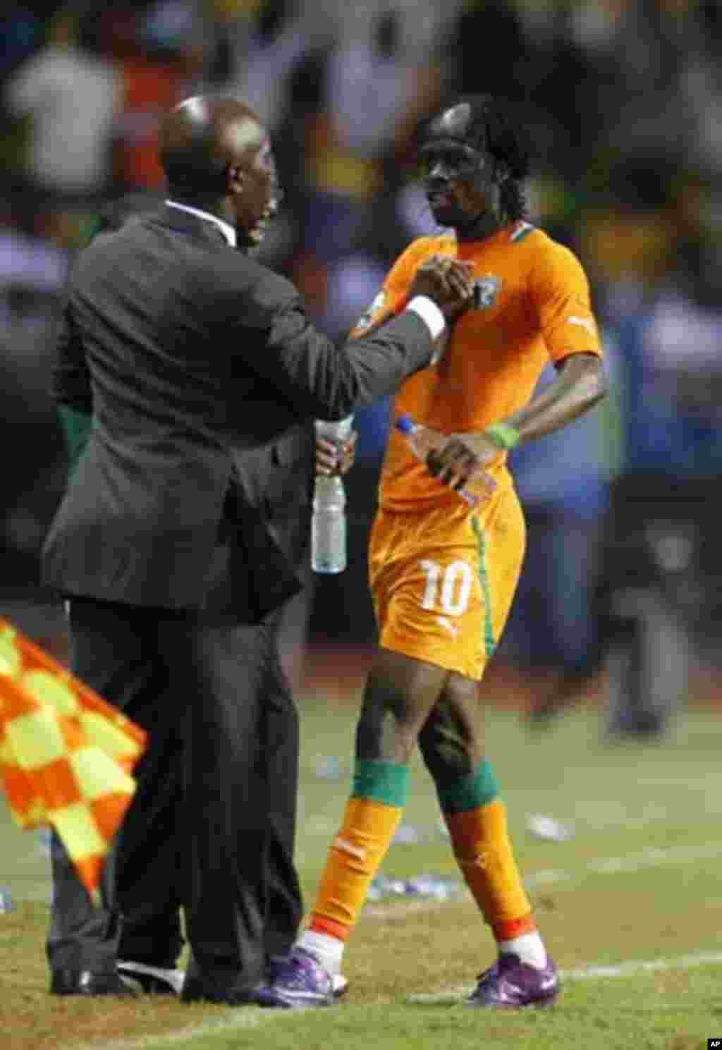 Ivory Coast's Gervinho (R) celebrates his goal against Mali with his coach Francois Zahoui during their African Nations Cup semi-final soccer match at the Stade De L'Amitie Stadium in Gabon's capital Libreville February 8, 2012.