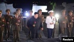 Pemimpin Korea Utara Kim Jong-un mengunjungi Taman Makam Pahlawan Nasional di Pyongyang dalam peringatan 67 tahun penandatanganan gencatan senjata Perang Korea, 27 Juli 2020. (Foto: KCNA via REUTERS).