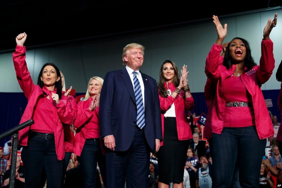 川普和支持他的妇女在北卡罗莱纳州的竞选大会上(2016年10月14日)。