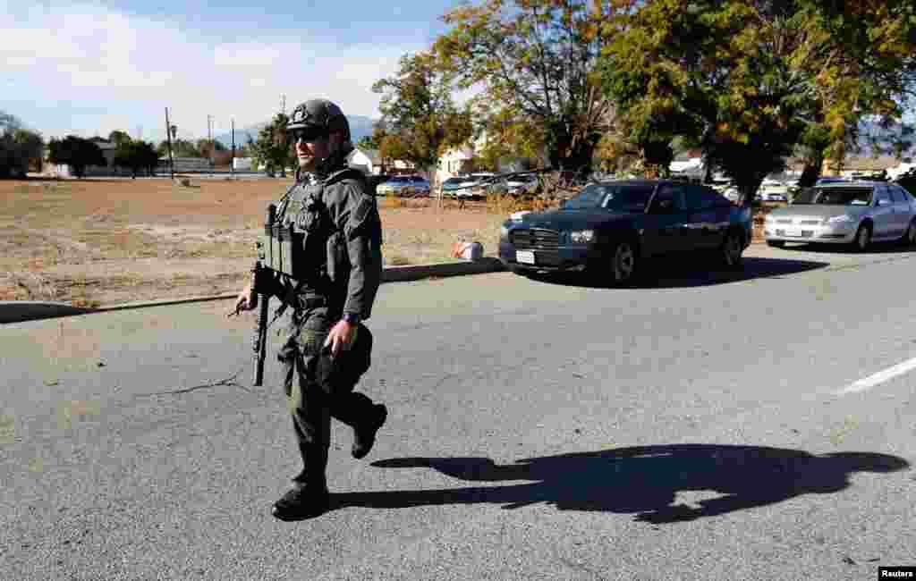 Polisi mengamankan area setelah setidaknya satu orang melepaskan tembakan di badan layanan sosial di San Bernardino, California (2/12). (Reuters/Mario Anzuoni)