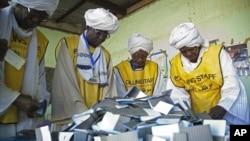 ພວກພະນັກງານທີ່ເປັນສະມາຊິກຄະນະກຳມາທິການລົງປະຊາມະຕິຂອງຊູແດນໃຕ້ ກະກຽມການນັບຄະແນນສຽງ ທີ່ລົງຄວາມເຫັນວ່າໃຫ້ຊູແດນໃຕ້ເປັນເອກະລາດ, ແຍກອອກຈາກເຂດຊູແດນເໜືອ ທີ່ສະຖານປ່ອນບັດ Armed Forces Club ທີ່ເມືອງ El Fasher, ຢູ່ Darfur ເໜືອ ໃນວັນທີ 15 ມັງກອນ 2011.