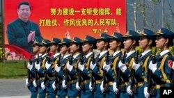 中國女兵正在訓練。