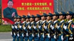 仪仗队为9月3日的大阅兵在中国国家主席习近平的画像前进行演习操练。