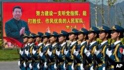 지난 22일 중국 베이징 외곽에서 여군 의장대가 전승절 열병식 연습을 하고 있다.