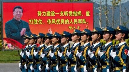 中国女兵正在训练。