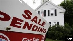 Tình hình không bán được nhà càng làm cho mức cầu nhà sụt giảm và làm giá nhà tiếp tục hạ thấp