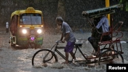 A man pedals his cycle rickshaw during monsoon rains in New Delhi, India August 31, 2016.