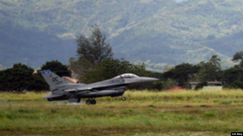 美国菲律宾空军联合训练中美国空军的一架F-16战斗机在起飞(2019年1月18日)