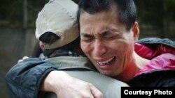 因福清爆炸案被判死缓的吴昌龙冤狱12年后获得假释,与父亲相拥痛哭。(吴华英提供)