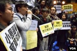 香港眾志秘書長黃之鋒(左二)要求與特首參選人林鄭月娥對話。(美國之音湯惠芸攝)
