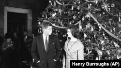 約翰·肯尼迪總統(John Kennedy)與總統夫人杰奎琳·肯尼迪(Jacqueline Kennedy)1961年耶誕資料照