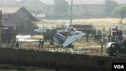 Pihak berwenang Pakistan melakukan pemeriksaan di lokasi jatuhnya pesawat di Karachi hari ini.
