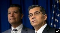 Tổng chưởng lý bang California Xavier Becerra (phải) cáo buộc bức tường biên giới của chính quyền Trump vi phạm những tiêu chuẩn môi trường liên bang.