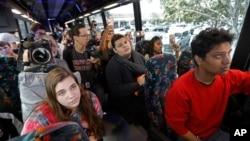 Les élèves qui ont survécu à la fusillade du lycée Marjory Stoneman Douglas écoutent les survivants de la fusillade du Pulse, dans un autobus à Parkland, Floride, 20 février 2018.