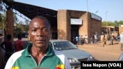 Karim Sawadogo a accompagné sa femme à l'hôpital Yalgado, au Burkina, 22 novembre 2016. VOA/Issa Napon.