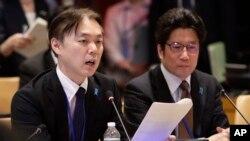 Koichiro Iizuka (izquierda) de Japón, habla durante una reunión en la sede de la ONU junto a Takuya Yokota (derecha) el jueves, 3 de mayo, de 2018.