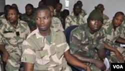 Sojojin da ake zargi da kin zuwa Arewa maso gabacin kasar domin yakar masu tsassauran ra'ayin addini sun hallara a gaba kotun Soja a Abuja, 2 ga Oktoba 2014.