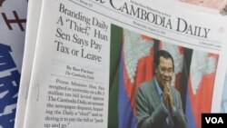 """The Cambodia Daily Newspaper, publishing an article on """"... Hun Sen Says [The Cambodia Daily] Pay Tax [$6.3 million dollars] or Leave,"""" displays at the newsstand in Phnom Penh, Cambodia, August 23, 2107. (Hean Socheata/VOA Khmer)"""