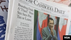"The Cambodia Daily Newspaper, publishing an article on ""... Hun Sen Says [The Cambodia Daily] Pay Tax [$6.3 million dollars] or Leave,"" displays at the newsstand in Phnom Penh, Cambodia, August 23, 2107. (Hean Socheata/VOA Khmer)"