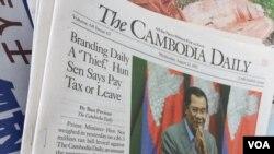 រូបឯកសារ៖ កាសែត The Cambodia Daily ចុះផ្សាយអត្ថបទ «លោក ហ៊ុន សៃន ព្រមានឲ្យ [កាសែត The Cambodia Daily] វេចបង្វិច បើសិនមិនបង់ពន្ធ» ដាក់លក់នៅតូបកាសែតមួយ ក្នុងរាជធានីភ្នំពេញ នៅថ្ងៃទី២៣ ខែសីហា ឆ្នាំ២០១៧។ នាពេលថ្មីៗនេះ រដ្ឋាភិបាលតម្រូវឲ្យកាសែត The Cambodia Daily បង់ពន្ធចំនួនជាង៦លានដុល្លារអាមេរិក ដែលកាសែតនេះខកខានមិនបានបង់ជូនរដ្ឋតាំងពីឆ្នាំ២០០៧។ (ហ៊ាន សុជាតា/VOA)