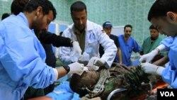 Los equipos médicos aitenden en el hospital de Ajdabiyah a uno de los combatientes heridos.